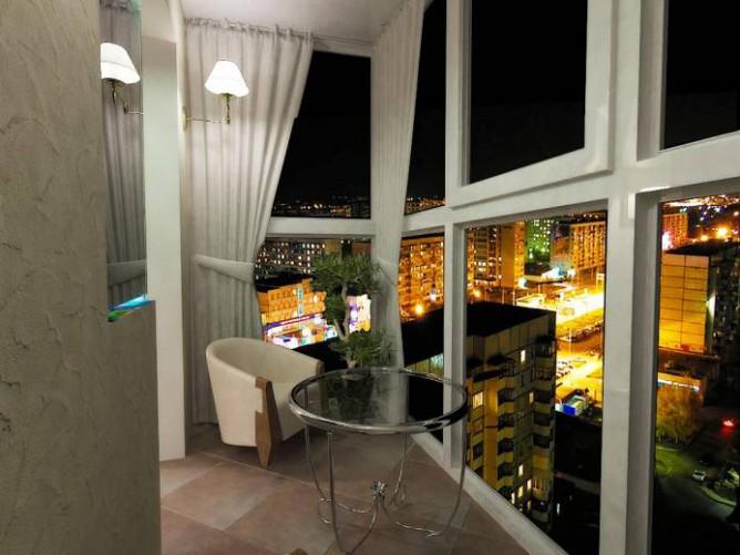 Дизайн балкона с ночным освещением