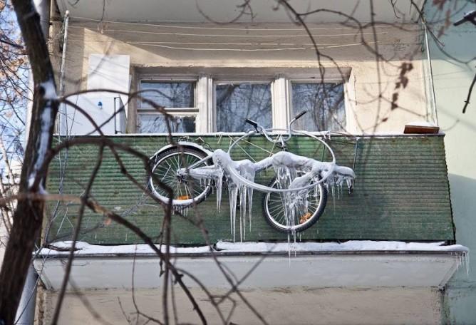 Незастекленный балкон зимой