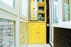 Красивый желтый шкаф на балконе