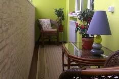 Лоджия с зелеными стенами