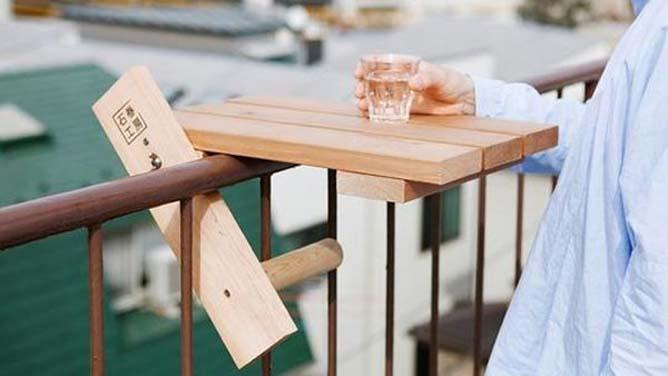 Деревянный столик на перилах