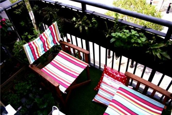 Летняя мебель на маленьком балконе