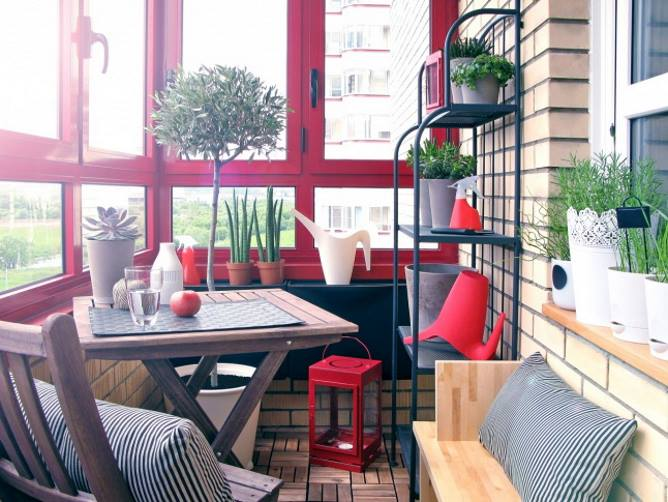 Стол на балконе