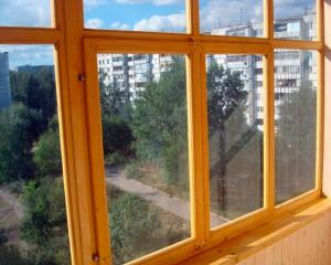 Деревянная рама на балконе