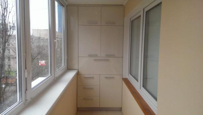 Вариант шкафа на балконе