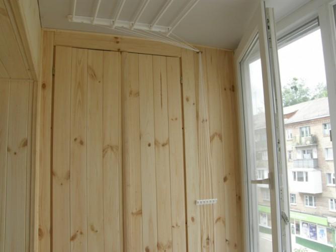 Деревянный шкаф на лоджии
