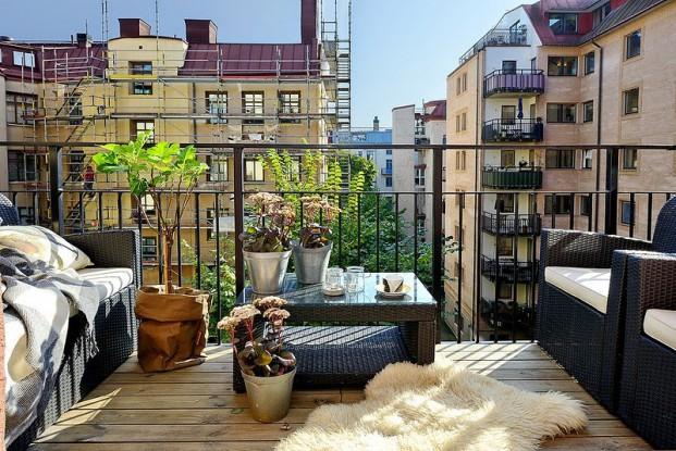 На открытом балконе лучше устанавливать мебель из искусственного ротанга