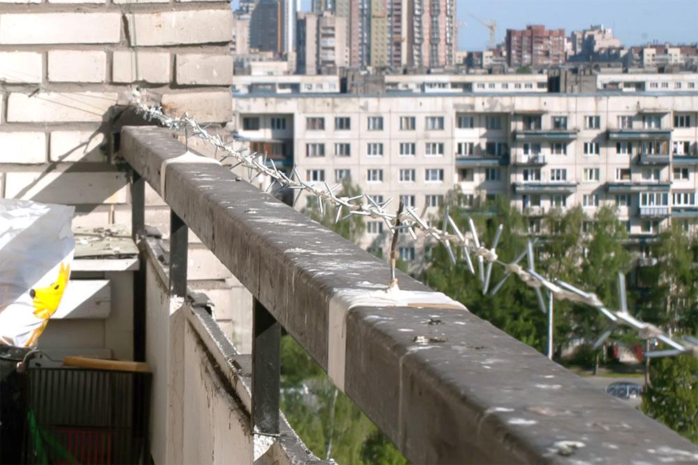 В большинстве случае достаточно натянуть леску над перилами балкона