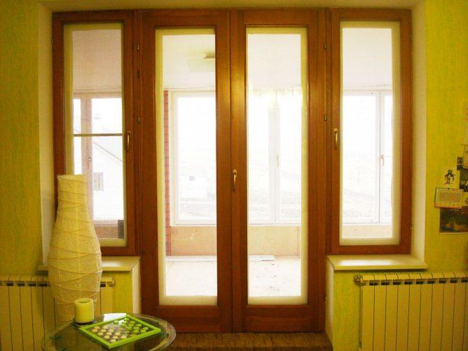 Деревянные двухстворчатые балконные двери