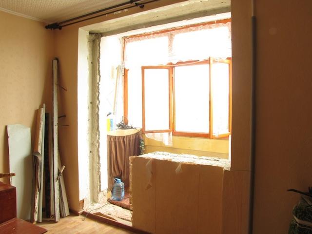Демонтированный старый балконный блок