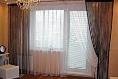 Гардины в спальне с балконом