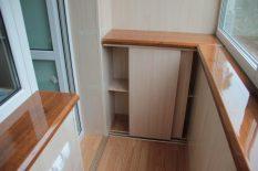 Удобный небольшой шкафчик для балкона
